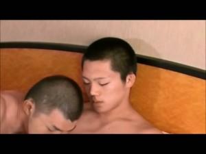 【ゲイ動画ビデオ】短髪のスリムな筋肉イケメンとマッチョ親父の雄交尾! おっさんがじっくり巨根でアナルにセックスの気持ちよさをレクチャー!