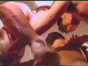 【ゲイ動画ビデオ】ガチムチイケメン達のペニス洗い合い、扱き合い! 三人のがっちり肉体の男達が、淫らに舐め絡む!