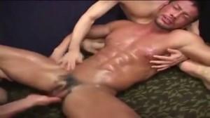 【ゲイ動画】筋肉マッチョ野郎の3Pはヤバイぐらいの淫欲絵図! モロ感乳首と巨根フェラで責められまくりでアヘる髭の筋肉イケメン!