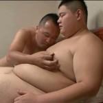 【ゲイ動画】可愛い顔した体重130㎏のぽっちゃり二十歳くんはM気質! モロ感乳首と亀頭を弄られたまらず大開脚!