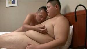 【ゲイ動画ビデオ】可愛い顔した体重130㎏のぽっちゃり二十歳くんはM気質! モロ感乳首と亀頭を弄られたまらず大開脚!