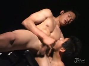 【ゲイ動画】ジャニーズ系フェイスに筋肉マッチョボディの奇跡的イケメンを拘束して身体と巨根を二人がかりでたっぷり舐め弄っちゃう♪ KARADA