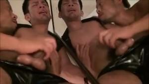 【ゲイ動画ビデオ】レザーパンツを履いた優しい笑顔のイカニモイケメン、筋肉兄貴に鎖手錠で拘束されてハードアナルファック!