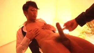【ゲイ動画】ジャニーズ系スリムイケメンのウエイターを部屋に呼んでレイプ! いいなり巨根は勃起しっぱなし!