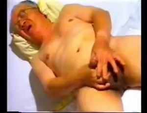 【ゲイ動画】オケ専必見! スーツの下に白褌、老年熟男が魅せるオナニー、ねっとりバキュームフェラチオ! 続・熟魔羅