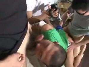 【ゲイ動画ビデオ】まさに人間オナホ! 三人のオラオラ系男に拘束された筋肉坊主男児と髭筋肉男が輪姦される!