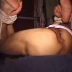 【ゲイ動画】ガスマスクを装着した筋肉マッチョイケメンが褌姿で拘束され、極太ディルドでアナル調教される淫欲絵図!
