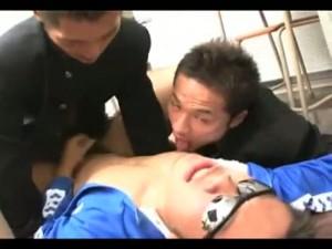 【ゲイ動画】がっちり系体育教師を交えて教室で3Pに耽る筋肉イケメンの巨根DKたち! イカニモな淫乱イケメンのアヘ顔がマジでアヘ顔!
