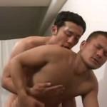 【ゲイ動画】爽やか筋肉イケメンラガーマン、練習のあとはベッドの上で熱いアナルセックスで絆を深める!