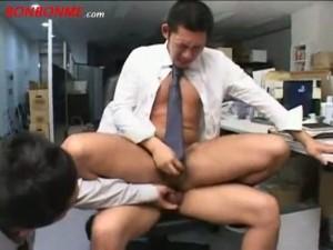 【ゲイ動画】仕事中に欲情するのはよくあること。ガチムチ系イケメンサラリーマンがオフィスで本番アナル3P!!