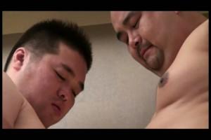 【ゲイ動画ビデオ】青いシングレットを着たガチムチ淫乱野郎、坊主と短髪のガチムチ褌兄貴達の肉玩具になる!