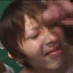 【ゲイ動画】海で女の子とデートのはずが…更衣室で二人の男に囲まれ恥辱放屁プレイを受けるジャニーズ系イケメン!