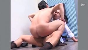 【ゲイ動画ビデオ】残業中男性ヌード写真集を見てたイケメン中年上司、坊主筋肉部下に見つかってオフィスで巨根ファックされちゃった♪
