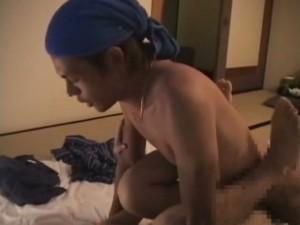 【ゲイ動画ビデオ】甚平の奥は引き締まった肉体! 和風のスリム系イケメンをフェラチオ、勃起魔羅で激しく腰振り!