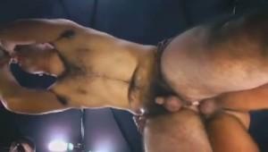 【ゲイ動画】体毛が見事すぎるクマ系筋肉イケメンが浣腸で綺麗になったアナルで複数の筋肉巨根ゴーグルマンを受け入れる!