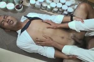 【ゲイ動画】倉庫でこっそりオナニーしていた筋肉中年リーマン、後輩に見つかりお仕置き調教ファックへ!