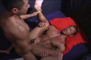 【ゲイ動画】プロ級のガチなスジ筋マッチョイケメンが巨根をぶち込まれてザーメンを飛ばす! MUSCLE MAN
