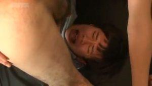 【ゲイ動画】嫌がるオー●リーの若林似なスリム筋肉イケメンを二人のマッチョ野郎ががっつり3pファック!