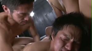 【ゲイ動画】筋肉イケメン三人がアナルとペニスで淫らに繋がり盛大に潮吹き! リラックスしすぎな真崎航も見えるぞ!