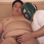 【ゲイ動画】ぽっちゃり系?いいえこれはメガサイズ! 巨漢青年の本気オナニー、亀頭から大量噴射!