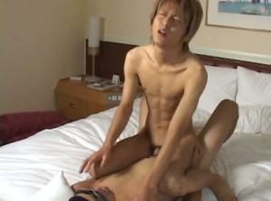 【ゲイ動画】金髪ジャニーズ系イケメンのスリ筋ボディと巨根を貪欲にしゃぶり尽くす筋肉ゴーグルマンが激しすぎる!