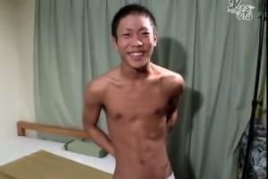 【ゲイ動画】渋谷系のちょいワル日焼けイケメンが象さんパンツを履くギャップがイイ♪ 巨根オナニーで無駄のない筋肉がビクビク!
