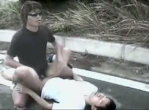 【ゲイ動画】青姦3P強行! 青空の下でジャニーズ系スリム筋肉イケメンを犯ってザーメンをぶっかけるスリルに酔いしれろ! 野外発情レポート