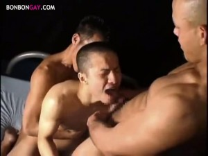 【ゲイ動画】坊主のスジ筋イケメンが筋肉マッチョな野郎達に囲まれ輪姦ファックでアナルががっぽり開きっぱなし! 穴満開
