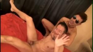 【ゲイ動画】スリ筋の髭イケメン、サングラスの筋肉兄貴の過激なリードで理性崩壊! 本気でちんぽを欲しがる雄豚に!