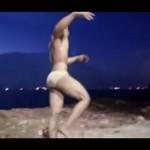 【ゲイ動画】すごく…大きいです…筋肉系イケメンの、海パンからはみ出しそうな怪物巨根!