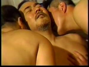 【ゲイ動画ビデオ】髭のガチムチ系中年オヤジがぽっちゃり系野郎二人に囲まれ、アナル拡張フィストファックに狂うSM調教! すっぽんぽん