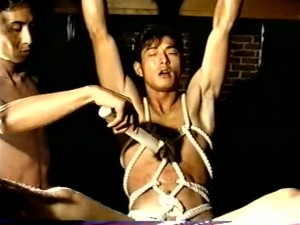 【ゲイ動画】一昔前の筋肉系イケメン達をご覧下さい。スジ筋イケメンを亀甲縛りで拘束、SMプレイでアナルを完全調教!