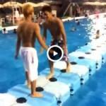 【Vine動画】スジ筋イケメンがプールでスリ筋友達の水着をずらしたったw