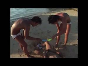 【ゲイ動画】青い空と海、そして日に焼けたペニスと精液焼けしたケツマンコ♪ イケメンや美少年が楽しく性春を謳歌するよ!