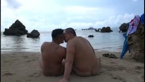 【ゲイ動画ビデオ】海で楽しく遊ぶガチムチぽっちゃり系イケメンのゲイカップル♪ 浜辺でで手コキ射精、そして3Pと巨根で青春を謳歌しちゃうぜ!