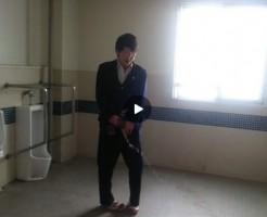 【Vine動画】ジャニーズ系イケメンが公衆便所で放尿スプリンクラーを強要されとるw