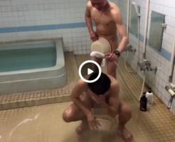 【Vine動画】筋肉イケメンにシャワーぶっかけられたイケメンの巨根が露出しちゃうw