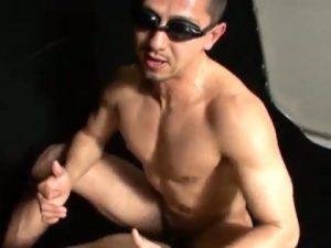 【ゲイ動画】ゴーグルしてても溢れ出るダンディ! 筋肉マッチョな中年イケメンの壮絶な巨根タチと愛撫が炸裂!