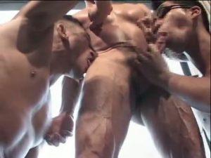 【ゲイ動画】欲望丸出しガチムチ筋肉マッチョ野郎達のゴーグル3P連結数珠つなぎファック! 乳首も巨根も唾液にまみれてぬらぬら光る!