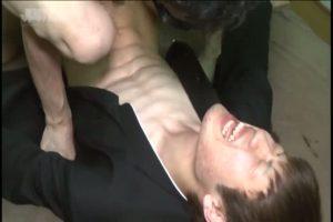 【ゲイ動画】学ランを着た筋肉マッチョ童顔イケメン、ちんぐり返しでのセルフフェラ調教にむせび泣く!