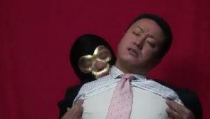 【ゲイ動画ビデオ】三十八歳の爽やかガチムチ系中年リーマンがスーツ姿で巨根をシコられる!