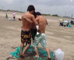 【Vine動画】浜辺で地味なローション相撲開催しちゃうジャニーズ系細マッチョイケメンたちw