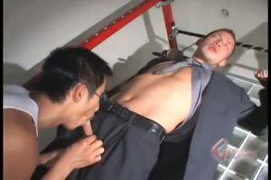 【ゲイ動画】ワイルドな顔立ちの短髪筋肉マッチョなリーマンイケメンを拘束して種付けプレスでザーメンをぶっかける!