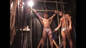 【ゲイ動画】亀甲縛り、鞭打ち、電マ責め! 巨根のやんちゃ系筋肉イケメンを拘束しマッチョゴーグルマンが苛め抜くハードSM!