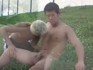 【ゲイ動画】素人ノンケ筋肉イケメンに車中巨根オナニーさせるだけに止まらず、野外フェラまでやらせちゃう!