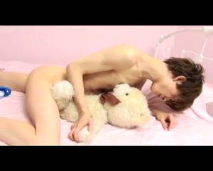 【ゲイ動画】抜けるような白い肌のジャニーズ系スリム美少年がエッチに巨根をシコシコしたり、乳首を弄られ悶えたり♪