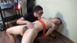 【ゲイ動画】全身を拘束された状態で乳首責め、バキュームフェラ、そしてちんぐり返しファック! 挙げ句巨根から放たれた自分のザーメンを舐めさせられるSM調教!