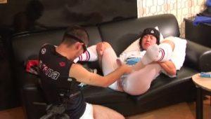 【ゲイ動画ビデオ】リアル過ぎるアナルバージンロストの瞬間!筋肉マッチョイケメンラガーマンが本気で痛がる巨根挿入!