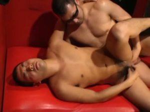 【ゲイ動画ビデオ】ゲイバーで全裸になって飲んでた童顔筋肉イケメンくん、ガチムチマッチョマスターに気に入られ巨根立ちバックで掘られまくり顔射フィニッシュ!