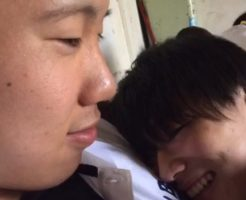 【Vine動画】学校で筋肉イケメンの熱い胸元にそっと寄り添い笑みを浮かべるジャニーズ系美少年…これ明らかに事後w